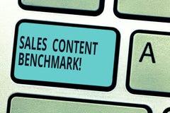 写显示销售美满的基准的笔记 陈列企业的照片制作销售转换的启动内容 库存图片