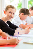 写测试的学生在学校集中 免版税库存图片
