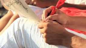 年轻写浪漫信的人和妇女 影视素材