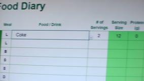 写焦炭的人入网上食物日志,计数卡路里入口,节食 影视素材