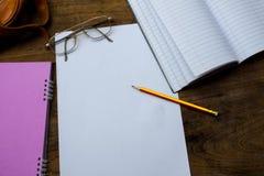 写生簿或笔记本有铅笔的在老木表上 免版税库存图片