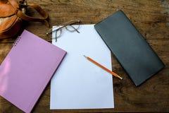 写生簿或笔记本有铅笔的在老木表上 库存图片