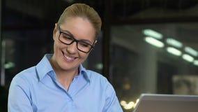 写电子邮件的礼貌的女工给恼怒的客户,公司专业道德 股票录像