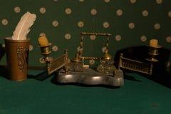 写的俄国葡萄酒辅助部件 在一张桌上的老烛台与绿色布料 免版税库存图片
