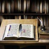 写的老开放书和翎毛钢笔 免版税库存照片