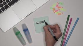 写经营计划的妇女在办公室工作场所的笔记薄 影视素材