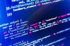 写编程的代码在膝上型计算机 二进制数字代码编辑 计算机程序预览 库存图片