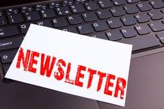 写订阅在办公室特写镜头做的时事通讯文本在便携式计算机键盘 互联网的网上Co企业概念 库存图片