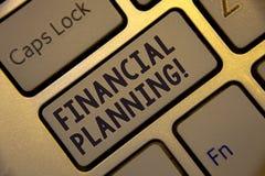 写财政规划诱导电话的手写文本 概念意思会计计划战略分析金黄keyboar 库存照片