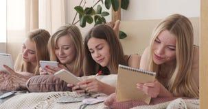 写购物清单的轻松的青少年的女孩在笔记薄 股票录像