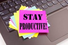 写逗留在便携式计算机键盘做的在办公室特写镜头有生产力的文本 集中效率PR的企业概念 库存照片