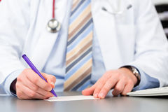 写医疗处方的年轻医生 图库摄影