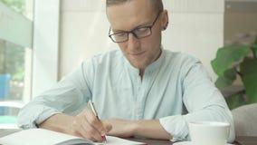 写a的商人做在企业计划者的名单 免版税库存图片