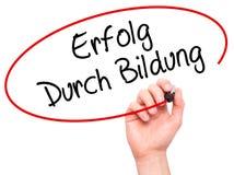 写Erfolg Durch Bildung (成功的人手通过训练 免版税库存照片