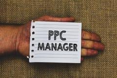 写Ppc经理的手写文本 登广告者每次支付费他们的广告一的概念意思是点击的人手hol 库存照片