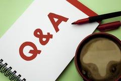 写Q A的手写文本 概念意思要求常见问题解答常常地要求解决疑义询问支持的问题帮助写在Notebo 免版税库存照片