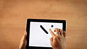 写Y信,坐标系,在片剂的等式的顶视图女性手 股票视频