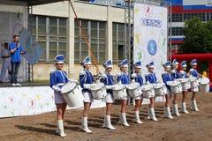 军乐队女队长 展示小组皇家持枪骑兵的性感的蓝色制服的鼓手 免版税库存图片