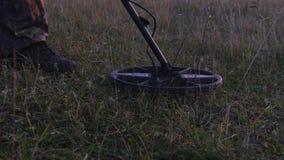 军事与探雷器一起使用 搜寻矿和炸药在危险地带 影视素材