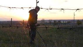军事与探雷器一起使用 搜寻矿和炸药在危险地带 股票视频