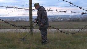 军事与探雷器一起使用 搜寻矿和炸药在危险地带 股票录像