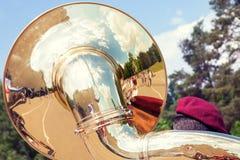 军事乐队演奏的低音喇叭 图库摄影