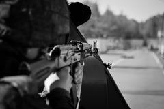 军事保护基地免受使用机枪的敌人 库存照片