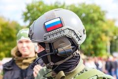 军事俱乐部的未认出的成员在伪装军队制服的 免版税库存照片