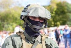 军事俱乐部的未认出的成员在伪装军队制服的 库存图片
