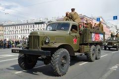 军事全轮型推进卡车ZIL-157特写镜头 减速火箭运输游行以纪念胜利天 库存照片