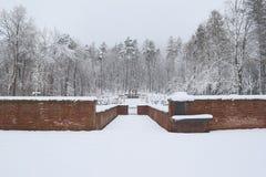 军事公墓,战争公墓,战争公墓门,战争公墓门冬天,战争公墓门冬天森林,战争严重冬天, 免版税库存照片