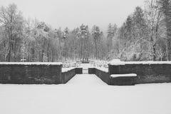 军事公墓,战争公墓,战争公墓门,战争公墓门冬天,战争公墓门冬天森林,战争严重冬天, 免版税库存图片