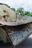 军事冲突和打破的军用设备 击中在装甲板料的子弹头  库存图片