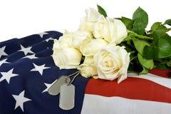军事卡箍标记和白玫瑰 免版税库存图片