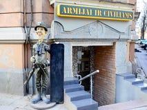 军事和民用服装店外部和广告 库存照片