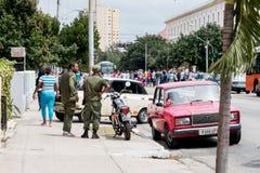 军事在哈瓦那,古巴观察在奥巴马总统路线的人群2016年 库存照片