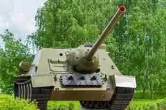 军事坦克绿色树背景  免版税库存图片