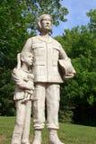 军事妈妈和女儿雕象 免版税库存照片