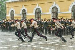 军事学苑和春天阵雨的学生 免版税库存照片