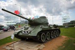 军事或准备好的陆军坦克攻击和移动在一个离开的战场地形 免版税库存照片