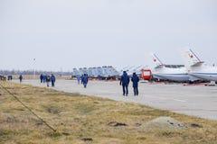 军事机场克拉斯诺达尔 在停车场的运行的航空器 在机场飞行员和其他官员去 免版税图库摄影