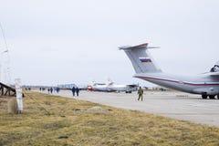 军事机场克拉斯诺达尔 在停车场的运行的航空器 在机场飞行员和其他官员去 图库摄影