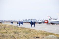 军事机场克拉斯诺达尔 在停车场的运行的航空器 在机场飞行员和其他官员去 库存照片