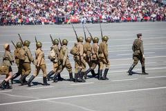 军事游行在胜利天的庆祝时 库存图片