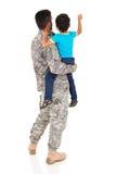 军事父亲儿子指向 免版税库存照片