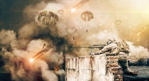 军事直升机和力量在火和烟之间在被毁坏的城市 免版税库存照片