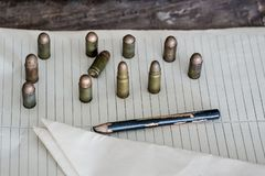 军事背景,在桌上的弹药 免版税库存图片