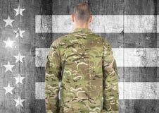 军事背面图反对黑白美国国旗的 库存图片