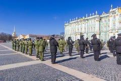 军事胜利游行胜利的准备在二战在宫殿正方形的5月9日上每年花在圣彼德堡, 库存照片