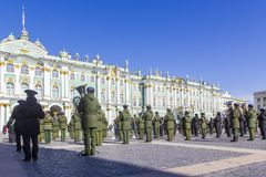 军事胜利游行胜利的准备在二战在宫殿正方形的5月9日上每年花在圣彼德堡, 免版税库存照片